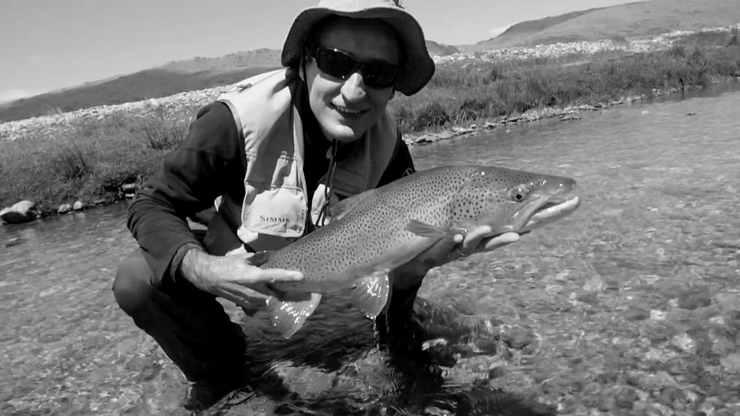 Photo d'un pêcheur avec une grosse truite péchée à la mouche en Nouvelle Zélande