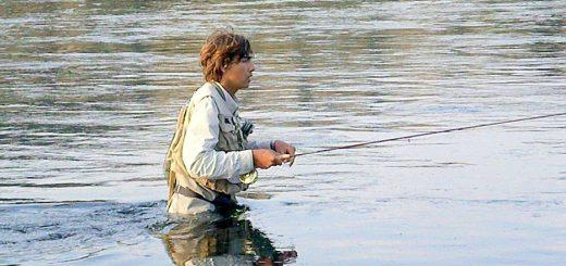 Photo d'un jeune pecheur a la mouche en wading dans la Missouri river