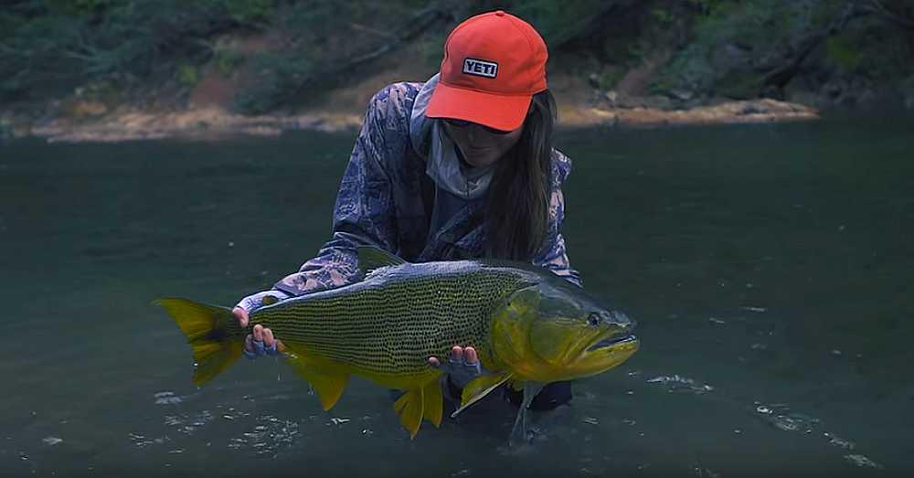 Maddie Brenneman avec un dorado de Bolivie à la pêche à la mouche